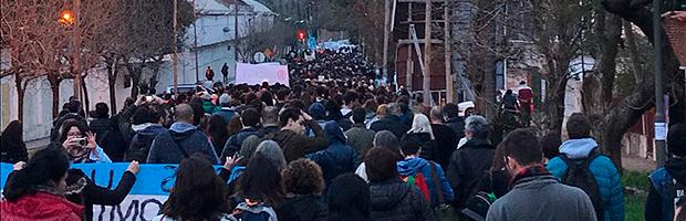 Abrazos simbólicos en protesta por la situación presupuestaria